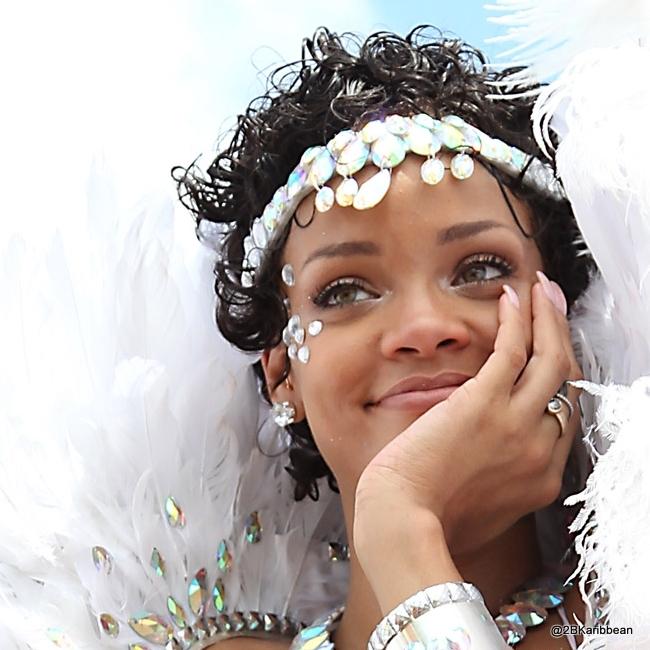 rihanna-barbados-carnival-08062013-17-879x675